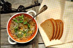 碱性,健康食物:大豆新芽汤和面包 免版税图库摄影