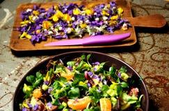 碱性,春天沙拉用花、果子和拔地响沙拉 免版税库存图片