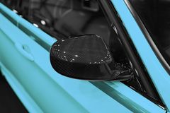 碳右边有一辆蓝色现代汽车的反射的汽车镜子 汽车外部细节 免版税库存照片