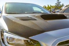 碳在一辆白色汽车的纤维敞篷 免版税库存照片