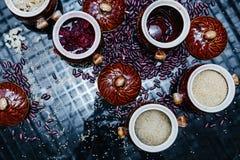 碳水化合物 在碗的水泥 面团、米、大麦、豆和果冻 图库摄影