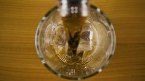 碳酸化合的可乐涌入玻璃顶视图 缓慢的mo 股票录像
