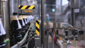 碳酸化合的新饮料的生产的传动机 影视素材