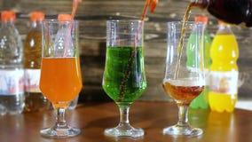 碳酸化合的柠檬水果子涌入玻璃鸡尾酒杯 股票视频