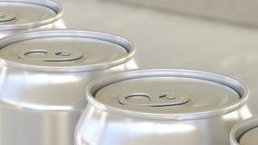 碳酸化合的软饮料或啤酒生产线 在工业传动机的铝罐 回收生态包装 4K 皇族释放例证