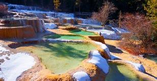 碳酸岩石,凝灰岩水五颜六色的地层  库存图片