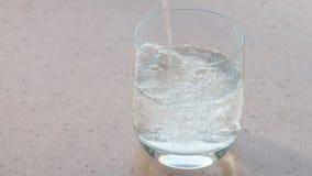 碳酸盐矿物水填装一块玻璃 影视素材