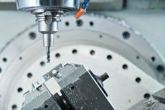 碾碎在CNC机器 由切削刀的工业金属工艺切口过程 库存图片