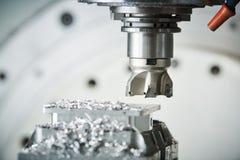 碾碎在CNC机器 由切削刀的工业金属工艺切口过程 库存照片