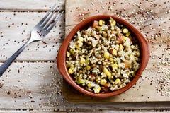 碾碎干小麦沙拉用扁豆和其他菜 免版税库存图片