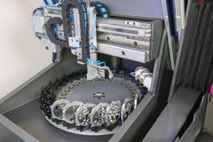 碾碎或钻床在一个牙齿实验室 图库摄影