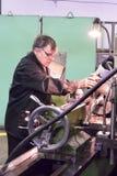 碾碎机器操作员工作在机器 库存图片