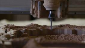 碾碎的切割机在木头做 影视素材
