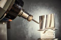 碾碎的切口过程 加工由磨房切削刀的CNC金属制品 免版税库存图片
