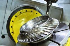 碾碎的切口过程 加工由磨房切削刀的CNC金属制品 库存图片