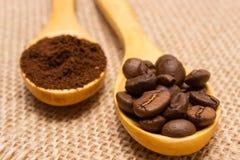 碾碎的咖啡和五谷与木匙子在黄麻帆布 免版税库存照片