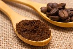 碾碎的咖啡和五谷与木匙子在黄麻帆布 免版税图库摄影