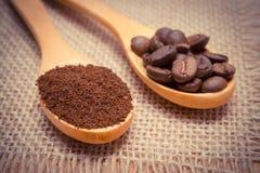 碾碎的咖啡和五谷与木匙子在黄麻帆布 免版税库存图片