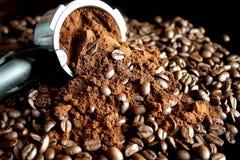 碾碎的咖啡和咖啡豆 库存照片