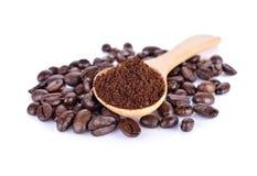 碾碎的咖啡和烤咖啡豆阿拉伯咖啡强的混合在w 库存照片