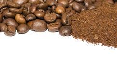 碾碎的咖啡和豆 免版税库存图片