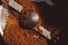碾碎的咖啡的纹理在研磨机的 图库摄影