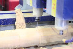 碾碎CNC机器的木材加工 免版税库存照片
