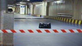 磁带小心地下停车场的被忘记的可疑袋子 影视素材