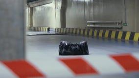 磁带小心地下停车处的被忘记的可疑袋子 股票录像