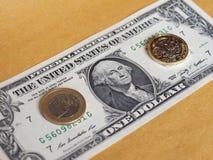 1磅和1枚欧洲硬币和一美元笔记在金属背景 库存图片