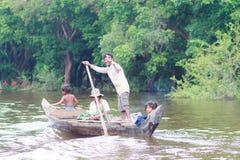 磅士卑PHLUK,柬埔寨- 10月24 :一个未认出的家庭磅士卑用浆划2015年10月21日的Phluk一条小船在磅士卑Phluk, C 图库摄影