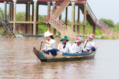 磅士卑PHLUK,柬埔寨- 10月24 :磅士卑Phluk放学回家的划艇的孩子2015年10月21日在Kompo 库存照片