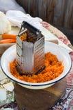 磨丝器和红萝卜 库存照片