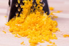 磨丝器和被磨碎的柑橘外皮 库存图片