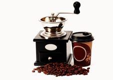 磨咖啡器、咖啡豆和咖啡杯 免版税库存照片