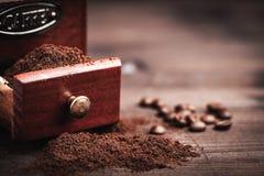 磨咖啡器和粉末 免版税库存图片