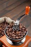 磨咖啡器用咖啡豆 免版税库存照片