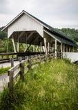 磨工跑的被遮盖的桥 库存图片