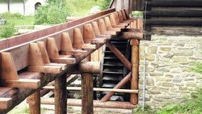 磨工轮子木水轮  历史的中世纪村庄建筑学 股票视频