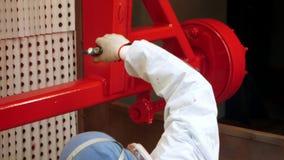 磨成粉在工业设备的女工红色油漆在车间 股票录像