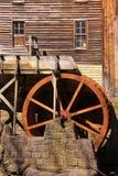 磨房土气水轮 库存照片