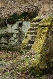磨房废墟雕刻了入岩石 免版税库存照片