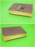 磨损的书拼贴画最基本的房子锁上背景 免版税图库摄影