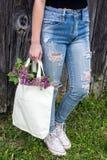 磨损的蓝色牛仔裤的十几岁的女孩 免版税库存照片