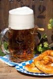 滚磨用蛇麻草和大杯啤酒 免版税库存图片