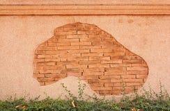 磨石子地墙壁和被仿造的红砖 库存图片