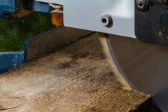 磨蚀刀片圆的剪切盘金属锯工作 库存照片