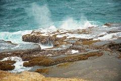 礁石和岩石在海岸阴云密布天气 免版税库存照片