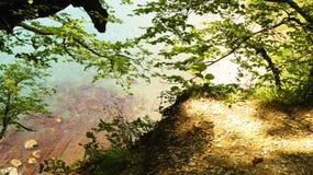 礁石的美好的风景在黑海的天蓝色的水域中从小山的高度的 库存照片