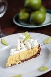 礁莱檬撒石灰饼表木头 库存图片